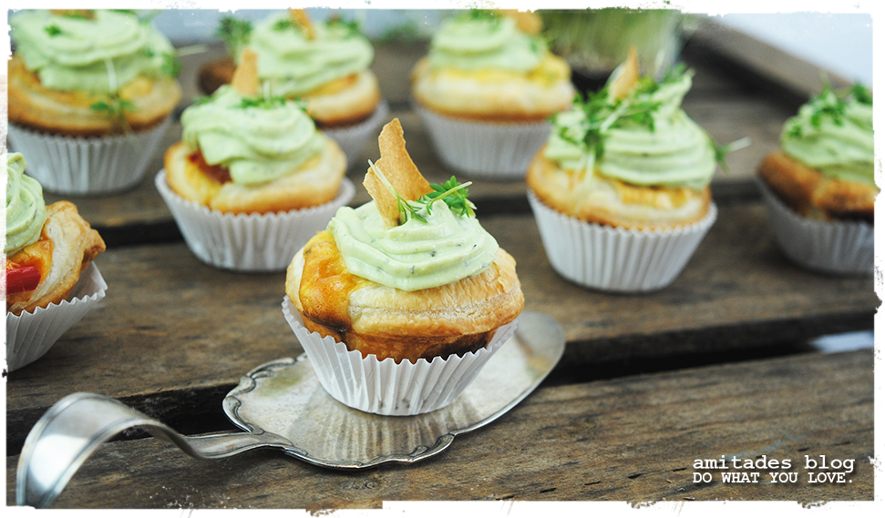 amitades.blog | Tomaten-Cupcakes mit Avokado-Frischkäse-Topping